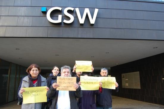 GSW Mieter von Kotti&Co überreichen die gesammelten Unterschriften.